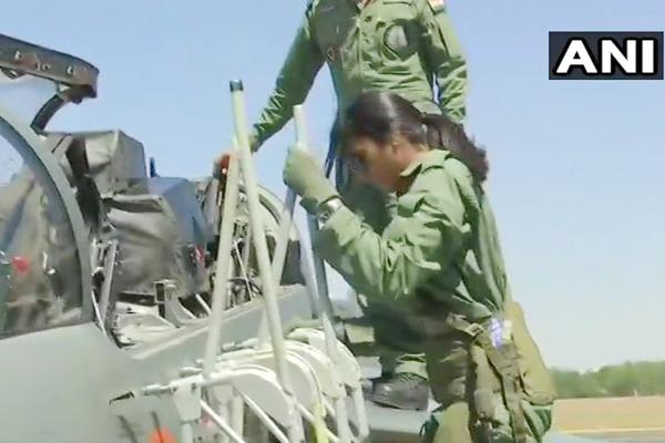 PICS: ओलंपियन पीवी सिंधु ने लड़ाकू विमान तेजस में भरी उड़ान, बनी पहली महिला