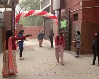 गुब्बारों, फूलों, सेनिटाइज़र और मुस्कुराते चेहरों के साथ दिल्ली में खुले स्कूल