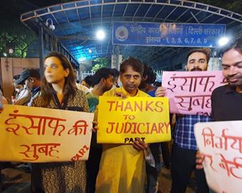 PICS: निर्भया को 7 साल बाद मिला इंसाफ, लोगों ने मनाया जश्न