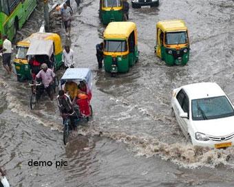 PICS: दिल्ली एनसीआर में हुई झमाझम बारिश, निचले इलाकों में जलजमाव