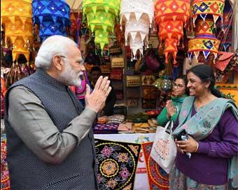 जब अचानक 'हुनर हाट' पहुंचे प्रधानमंत्री मोदी, देखें तस्वीरें...