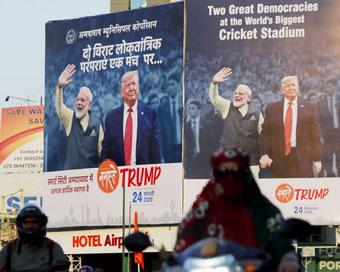 PICS: अहमदाबाद में छाए भारत-अमेरिकी संबंधों का बखान करते इश्तेहार