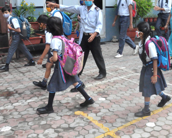 स्कूल चलें हम