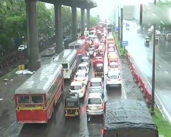 PICS: महाराष्ट्र में मानसून की दस्तक, मुंबई में ट्रेन-यातायात प्रभावित